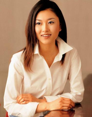 白シャツが似合う菊川怜。
